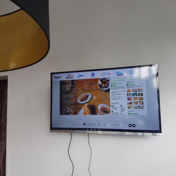 Das Bild zeigt das LCD-Panel zur Wiedergabe von Filmen und zur Nutzung des Internets während des Unterrichts